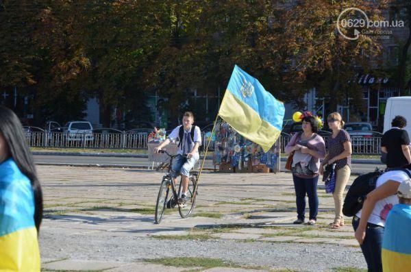 Мариуполь стал сине-желтым
