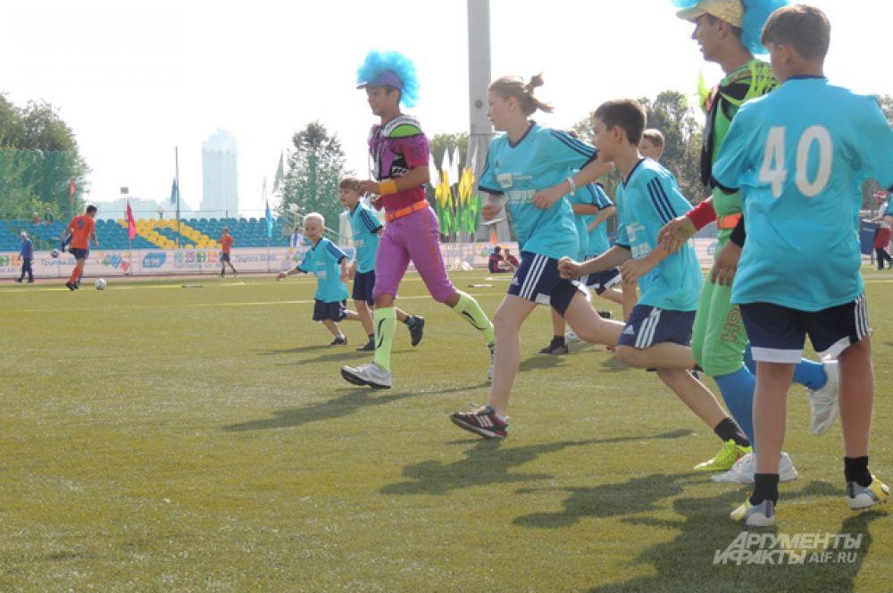 На стадион «Янтарь» в Строгинской пойме  съехалось много гостей. Девятнадцать полноценных команд, болельщики с семьями, руководство ВЭБа, знаменитые спортсмены и группы поддержки.
