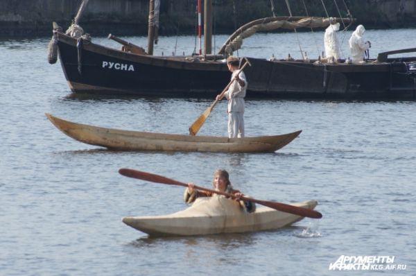 В центре города на акватории Преголи на парад исторических судов собралась вся музейная флотилия. Специально к фестивалю прибыл новый экспонат - алеутский каяк. Каноэ и байдарки исполнили настоящий вальс на воде.