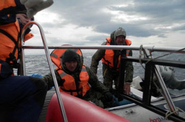 Судно с потерпевшими удалось обнаружить и отбуксировать к берегу.