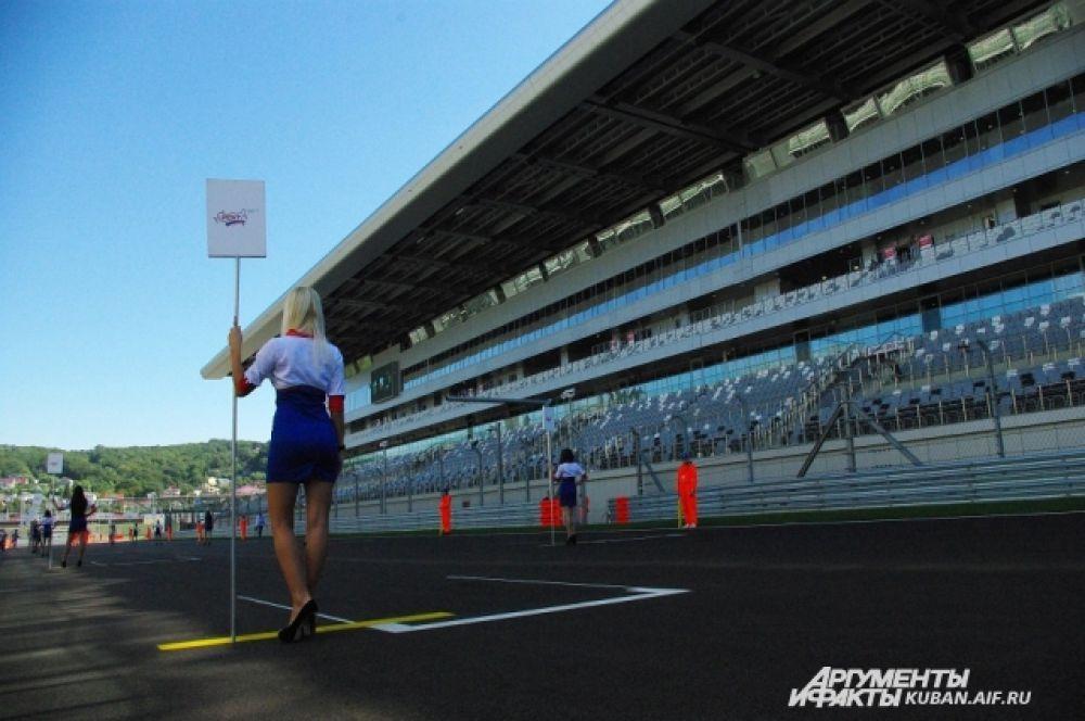 За пять минут до начала гонки девушки покинут стартовую площадку вместе со всем персоналом.