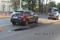 Школьницы, пересекавшие дорогу по пешеходному переходу, не ожидали, что попадут под колеса иномарки.
