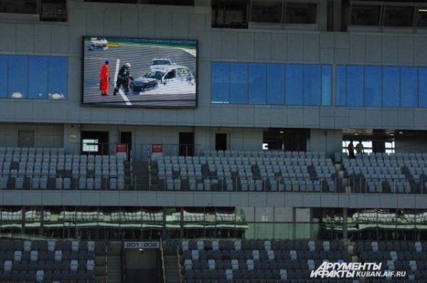 На большом экране главной трибуны в реальном времени показывали, как пожарные тушат попавший в аварию гоночный автомобиль.