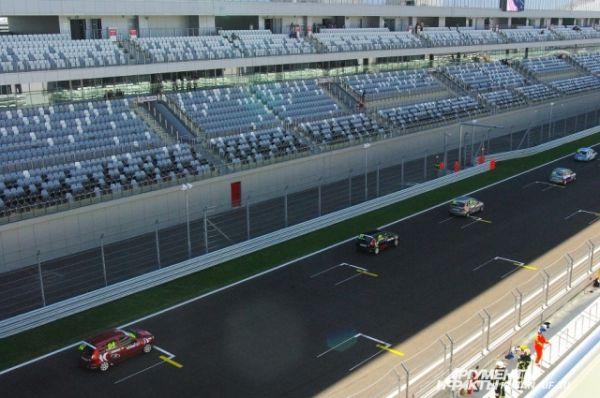 Пока загоревшийся автомобиль тушили, гонка была приостановлена - несколько кругов участники медленно ехали за машиной безопасности.