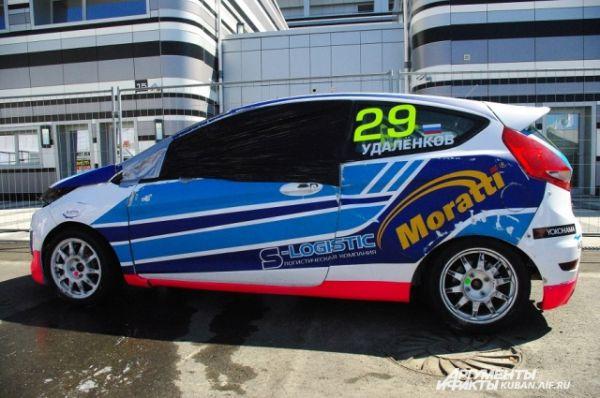 Машина Владимира Удаленкова, которая установила на сочинском автодроме своеобразный рекорд - это первый автомобиль, который не удержался на этом треке и перевернулся.