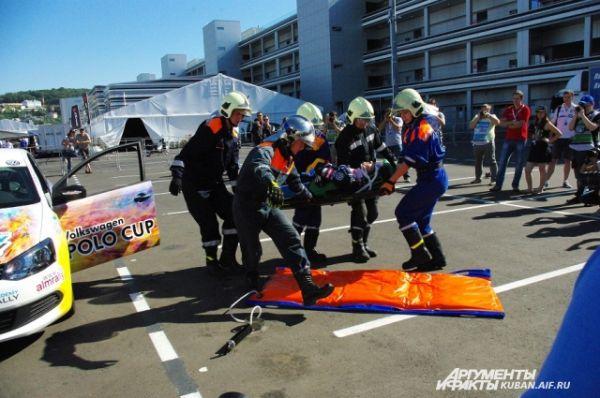 Процедура извлечения пилота из машины после аварии на треке. Шоу от спасателей для журналистов.