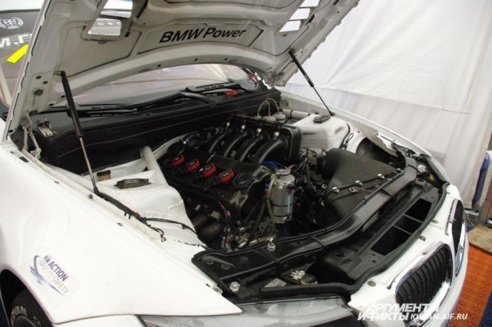 Внутренности BMW, на котором ездит Михаил Грачев. В боксах от журналистов ничего не скрывали.