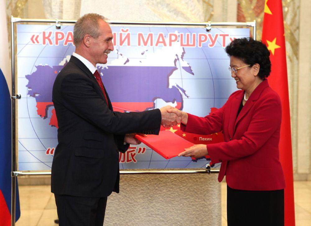 Вице-премьер Государственного Совета Китайской Народной Республики Лю Яньдун преподносит подарок Губернатору Ульяновской области Сергею Морозов.