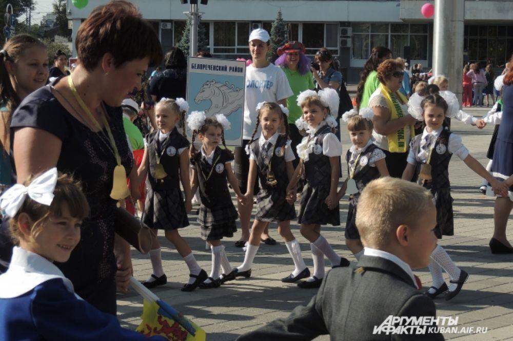 Ребята водят хоровод на Театральной площади.