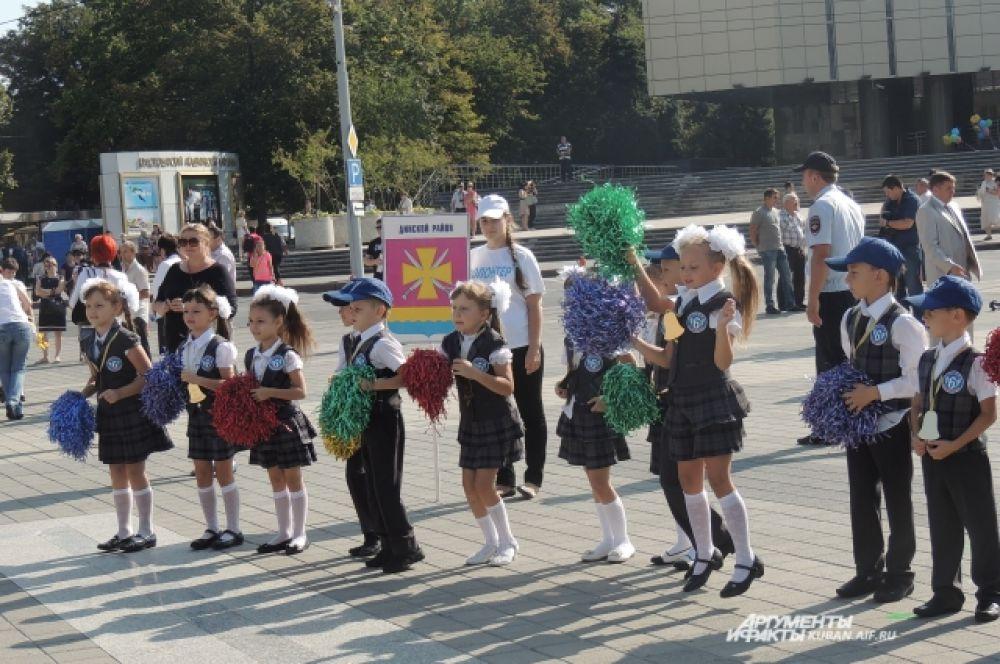 С разноцветными помпонами танцевать веселее.
