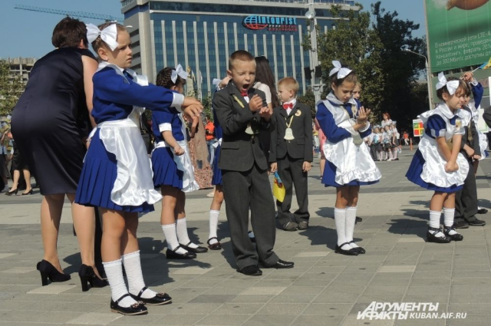 Первоклассники с отдаленных районов Краснодара встали рано, чтобы приехать на парад, – не выспались.