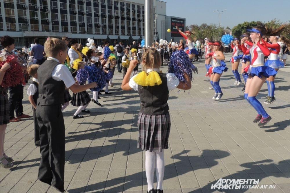 Юные танцовщицы проводят мастер-класс для первоклассников.