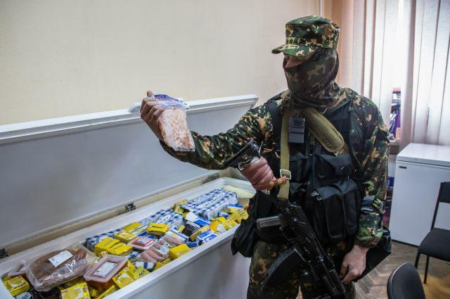 Один из вооруженных сепаратистов в Луганске