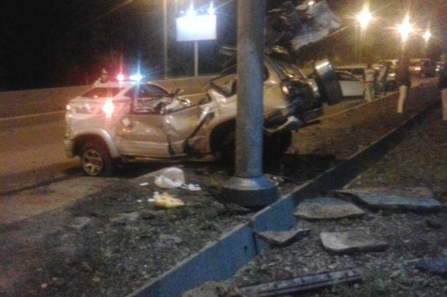 Toyota Hilux Surf после столкновения с опорой ЛЭП