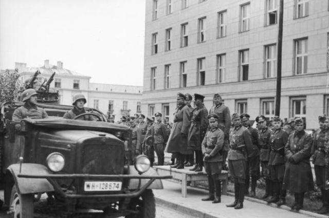 Брест. 22 сентября 1939 года. На трибуне — немецкий генерал Хайнц Гудериан и советский комбриг Семён Кривошеин.