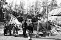 Оставшиеся без крова ребятишки не могут понять, почему их дома сломали.