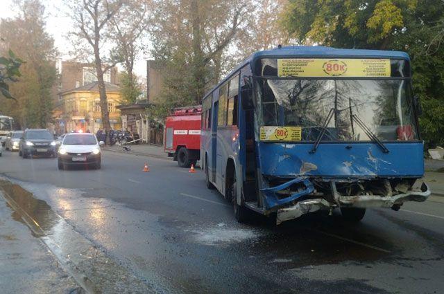 Водитель и пассажиры автобуса от госпитализации отказались.