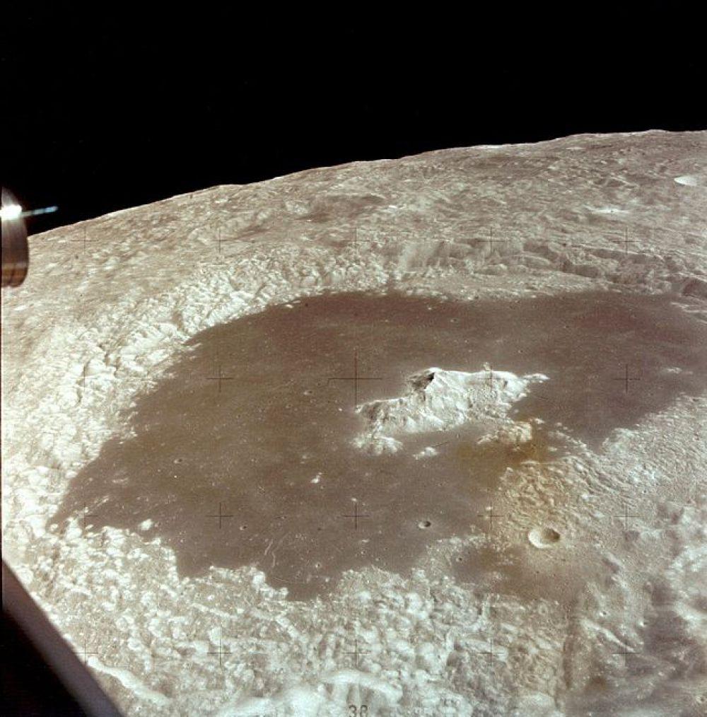 Лунный кратер Циолковский на обратной стороне Луны, снятый экипажем «Аполлона-15».