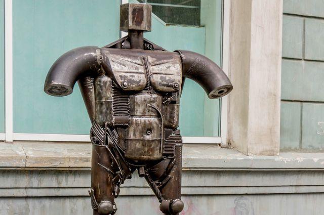 Создатели объяснили челябинцам смысл металлического Венера в центре города