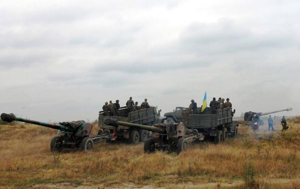 Украинские военные учатся стрелять из гаубиц