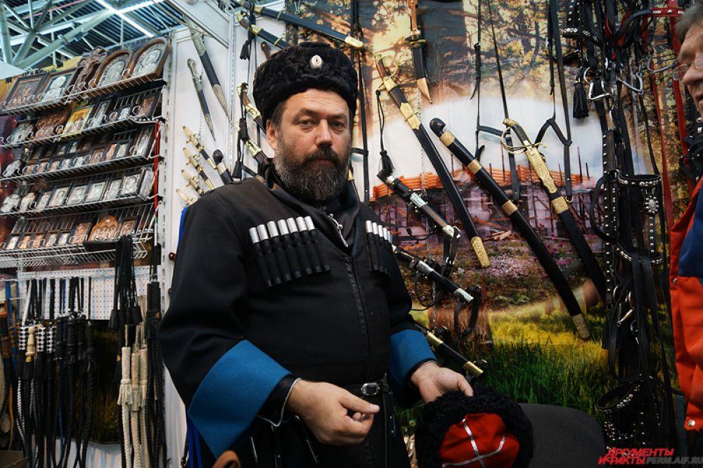 Особый восторг у зрителей вызывали казаки, облаченные в традиционные костюмы.