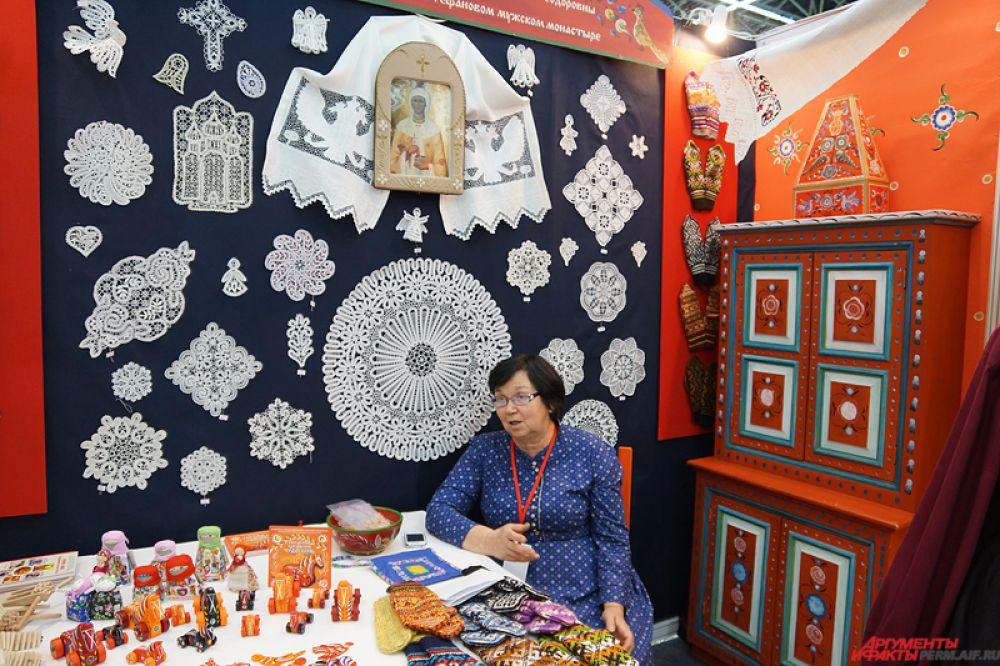 Каждый стенд был уютно оформлен в традиционном народном стиле.