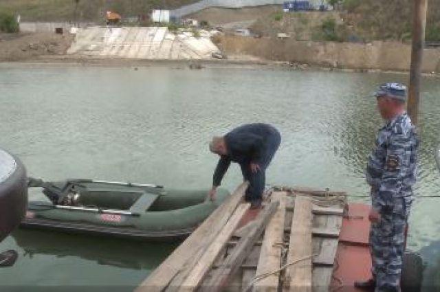 Спасённый мужчина забирает свою лодку.