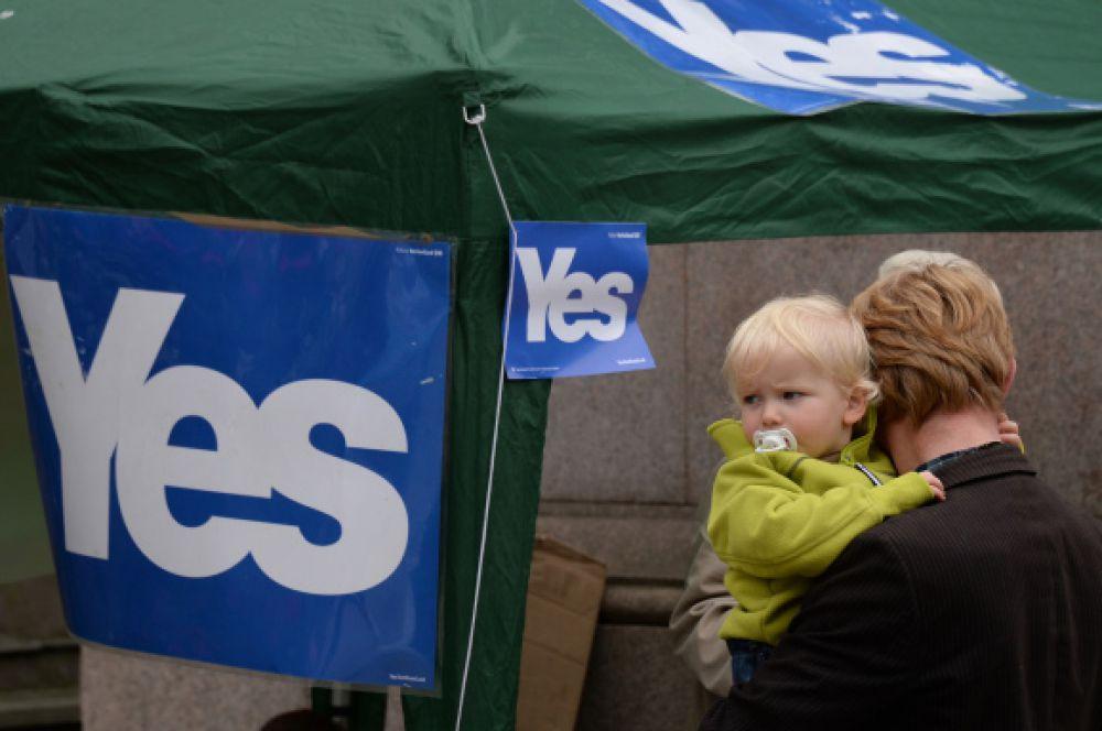 Жители города у пункта агитации за отделение Шотландии.