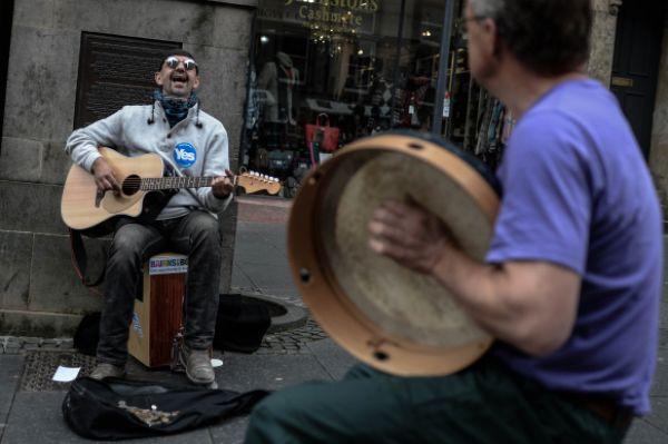 Уличный музыкант в Эдинбурге, выступающий за независимость Шотландии.
