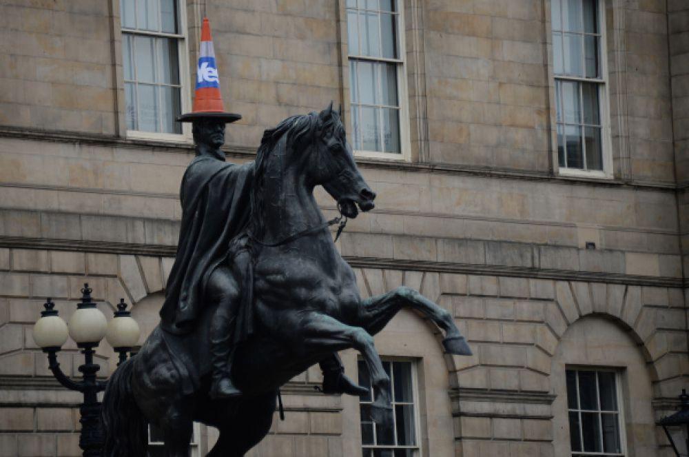 Памятник герцогу Веллингтонскому в Эдинбурге.