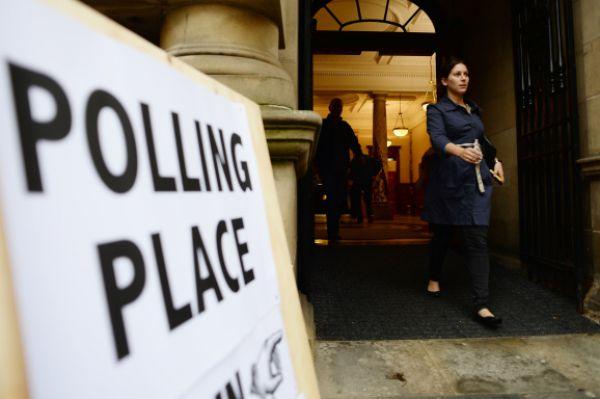 Девушка после голосования на выходе с избирательного участка.