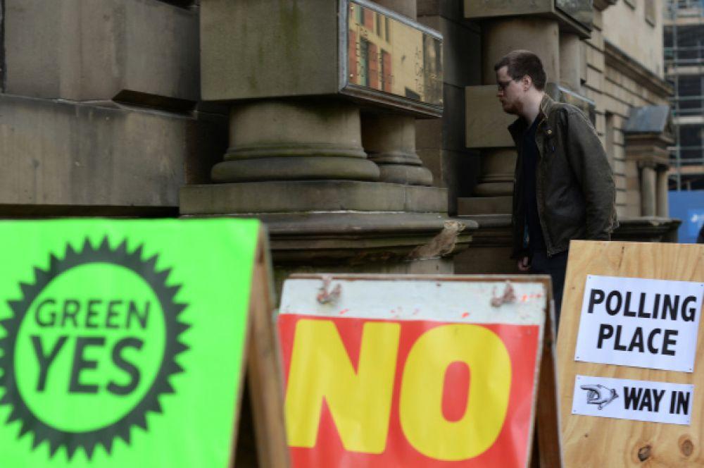 Шотландец у входа на избирательный участок в Эдинбурге.