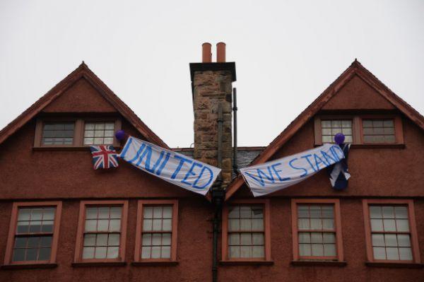 «Останемся едины», - надпись на агитационном плакате, призывающим проголосовать против отделения Шотландии от Великобритании.