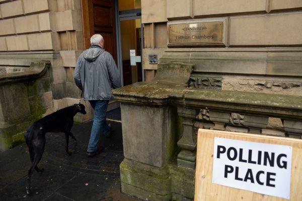Мужчина на избирательном участке в Эдинбурге.