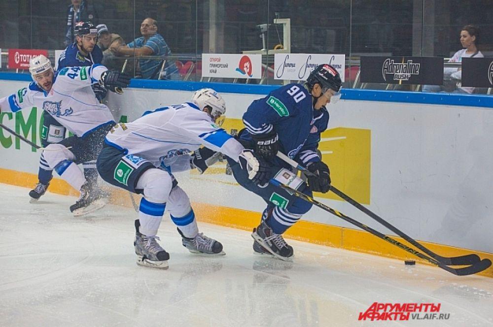 В ходе матча хоккеисты мерились - у кого длиннее клюшка.