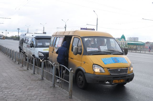 Давка в устаревших маршрутках - типичная для Омска картина.