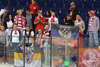 Флаг Донецкой народной республики на матче Молодёжного кубка мира по хоккею между «Спартаком» и американской командой «Су Сити Мускетирз».