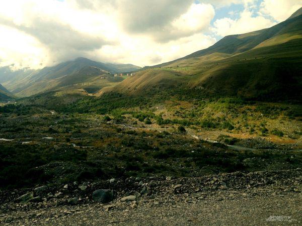 Сейчас на месте Кармадона селевая пустыня, постепенно зарастающая ольхой.