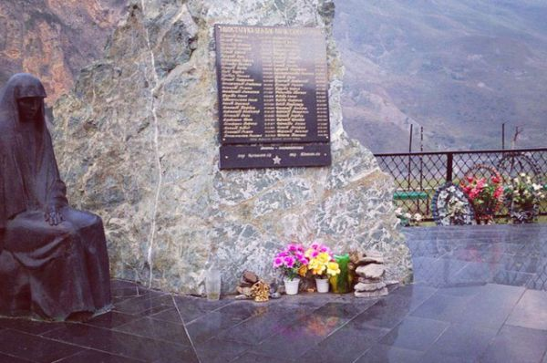 Среди имен погибших на мемориале – имя Сергея Бодрова.