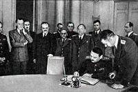 Подписание Соглашения о перемирии от 19 сентября 1944 года. На фотографии запечатлено подписание Соглашения А. А. Ждановым.