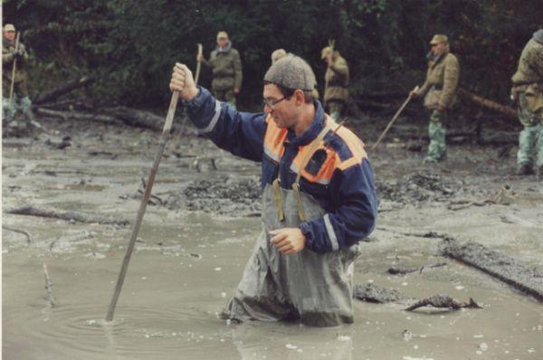 Сначала искали живых и погибших в жиже – это селевая масса, которая спустилась в ущелье.