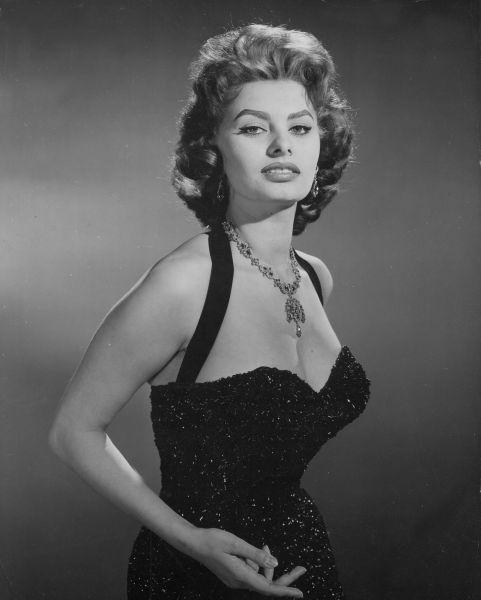 Настоящее имя Софи Лорен –  София Шиколоне. Будущая актриса родилась в Риме, в 1934 году. Но детство и юность ее прошли в рыбацком городке Пуццуоли близ Неаполя, куда перебралась мать Софии, также актриса.