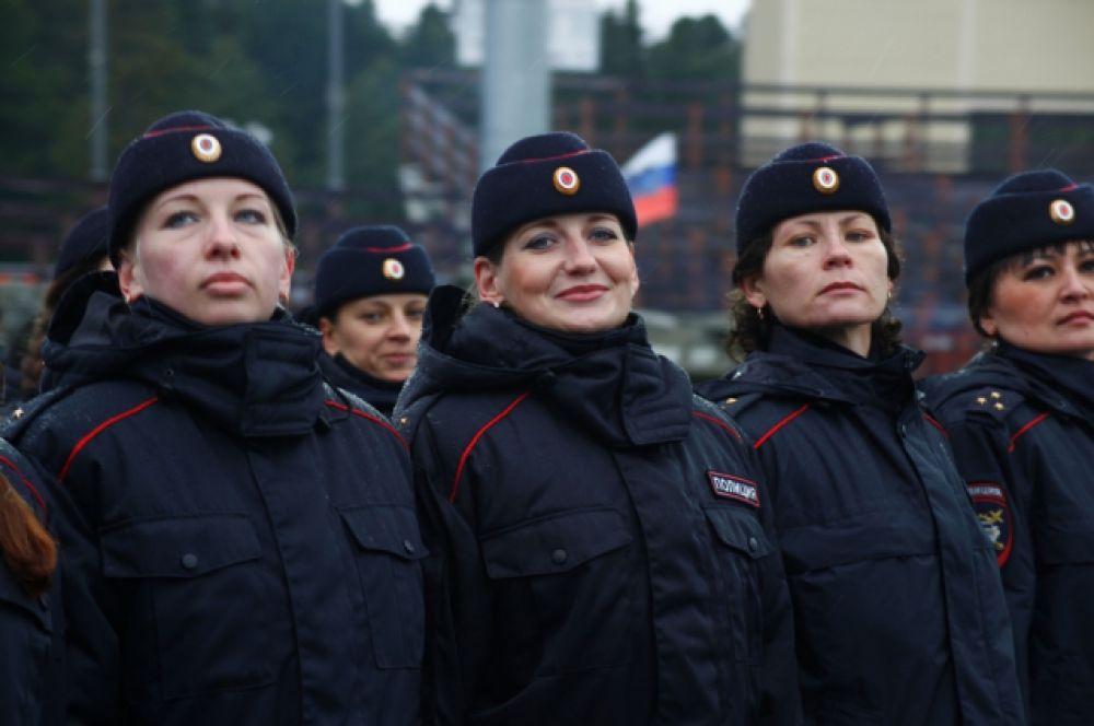 Женский батальон, кинологи, омоновцы прошли стройными рядами перед зрителями.