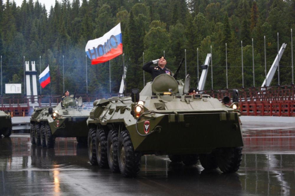 Напугавшие жителей Ханты-Мансийска БТРы тоже приехали в город на смотр полицейской техники.