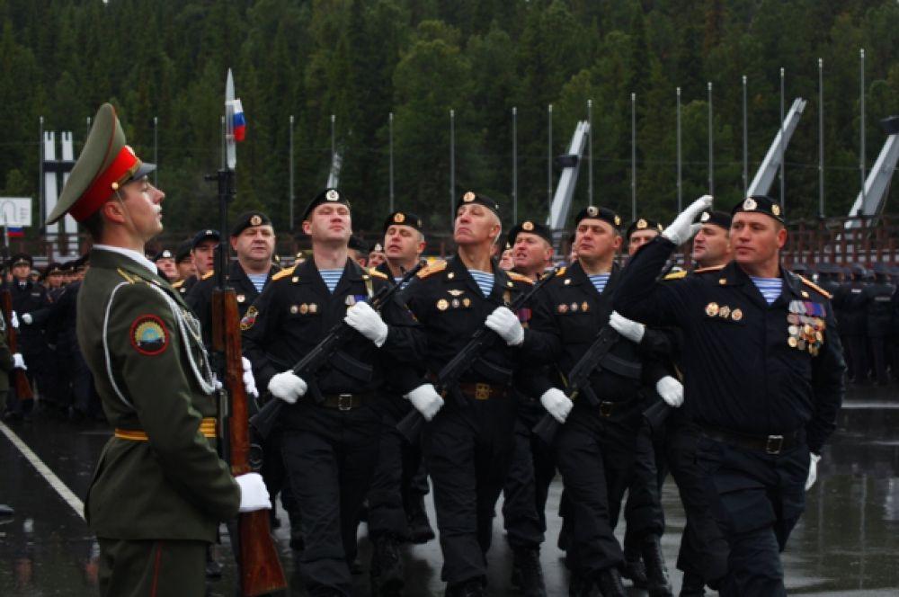 Затем маршем прошли основные подразделения УМВД по ХМАО.
