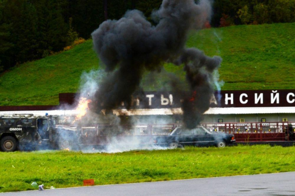 А также зрителям показали спецоперацию со взрывами, дымом и пламенем. Фото с репетиции.