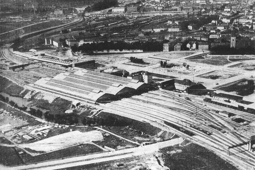 Тринадцать путей, включая багажные, обеспечивали сквозной проход поездов.