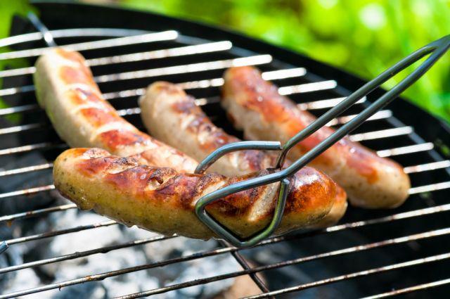Как готовить колбаски на барбекюшнице