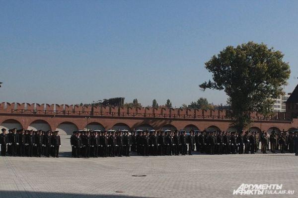 Не случайно вручение знамени происходит  на территории Тульского кремля, куда на протяжении почти 500 лет никогда не ступала нога врага.