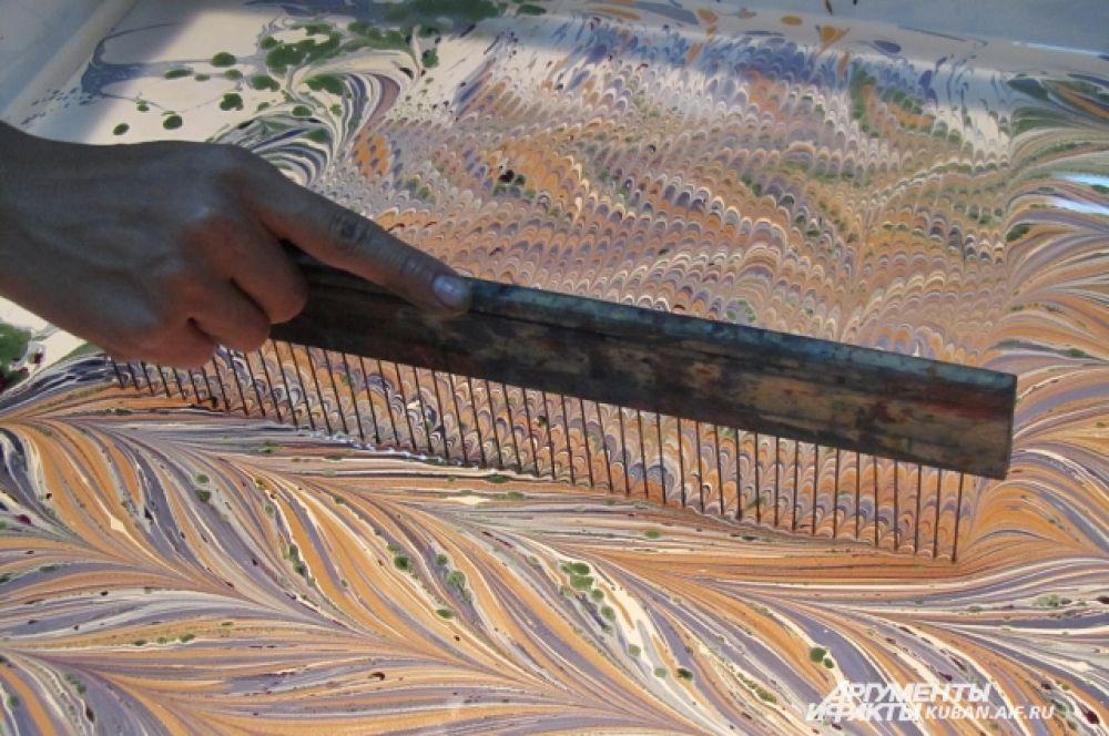 Это традиционный турецкий инструмент для рисования эбру. Раньше Рената Нисимова изготавливала его самостоятельно - из палки и 25 иголок.